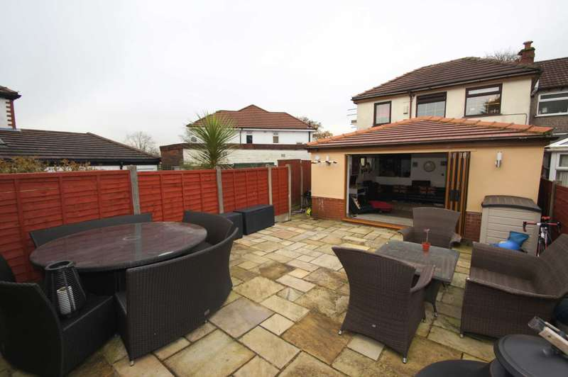 4 Bedrooms Semi Detached House for sale in Broadway, Farnworth