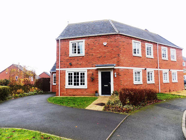 3 Bedrooms Semi Detached House for sale in Donnington Court, Dudley, DY1