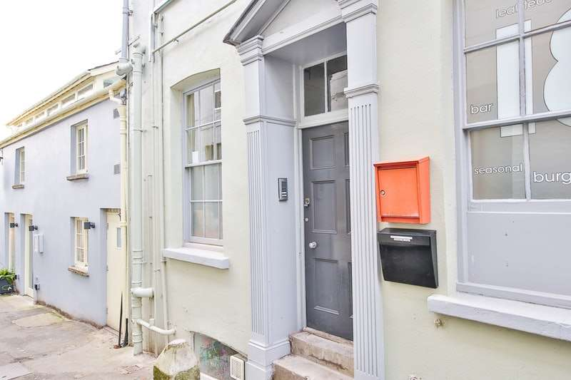 2 Bedrooms Flat for sale in High Street, Crickhowell, Powys, NP8