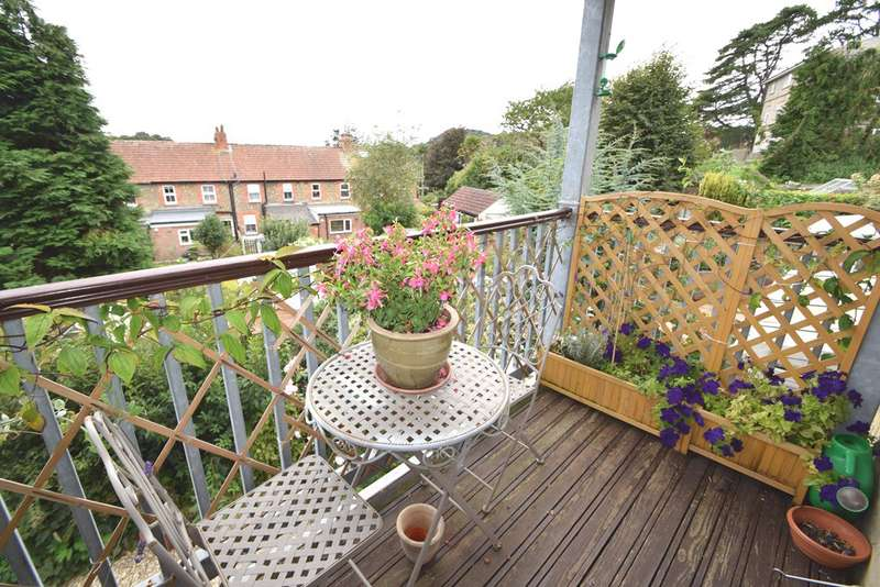 2 Bedrooms Flat for sale in Bridport