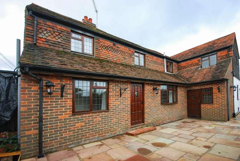 4 Bedrooms House for rent in Gravetts Lane, Fairlands, GU3