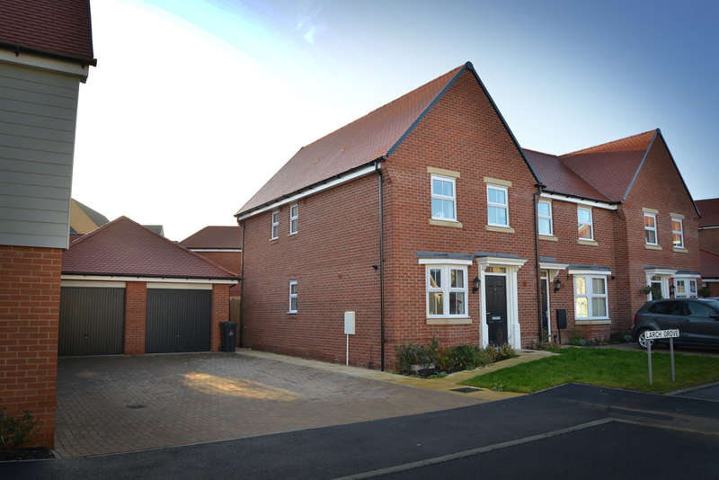 3 Bedrooms End Of Terrace House for sale in Larch Grove, Southminster