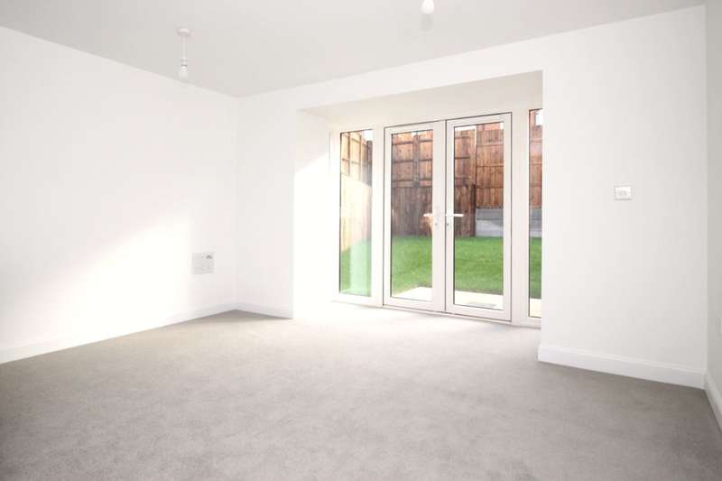 4 Bedrooms Semi Detached House for rent in Oakes Crescent, Dartford, DA1