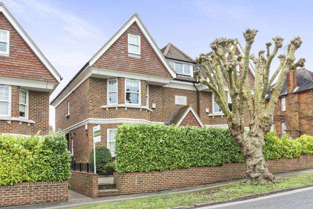 2 Bedrooms Flat for sale in Park Rise, Leatherhead, Surrey