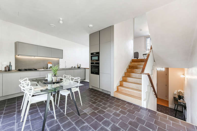 4 Bedrooms Terraced House for sale in Shepherdess Walk, N1 7JN