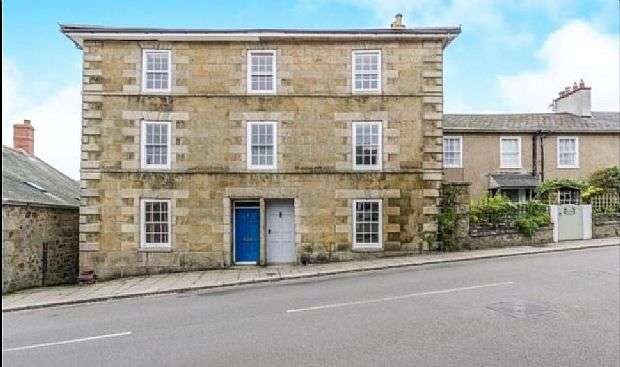 3 Bedrooms Semi Detached House for sale in Monument Road, Helston, Cornwall, TR13 8HF