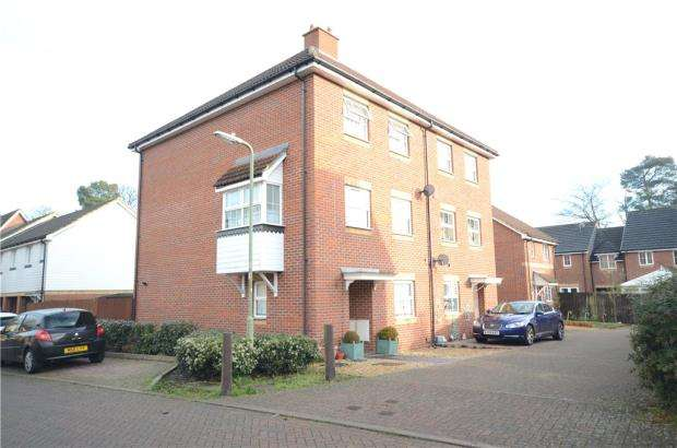 4 Bedrooms Semi Detached House for sale in Maple Avenue, Farnborough, Hampshire