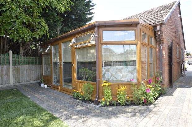 2 Bedrooms Detached Bungalow for sale in Northway, TEWKESBURY, Gloucestershire, GL20 8RZ
