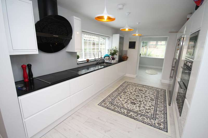 3 Bedrooms Detached House for sale in Marlborough Road, Brentwood