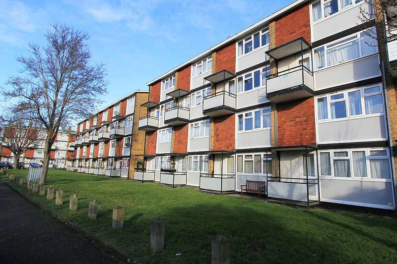 2 Bedrooms Maisonette Flat for sale in Longheath Gardens, Croydon, London, CR0 7TY