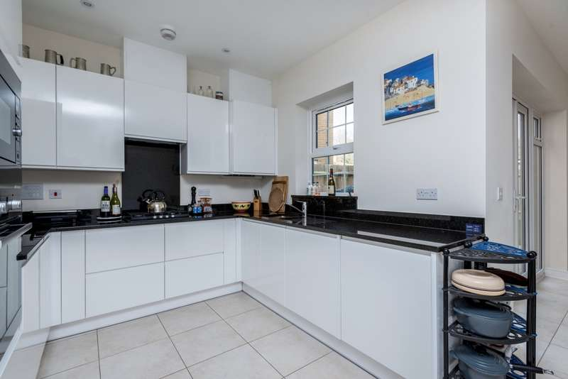4 Bedrooms Semi Detached House for rent in Lendy Place Sunbury-on-Thames TW16