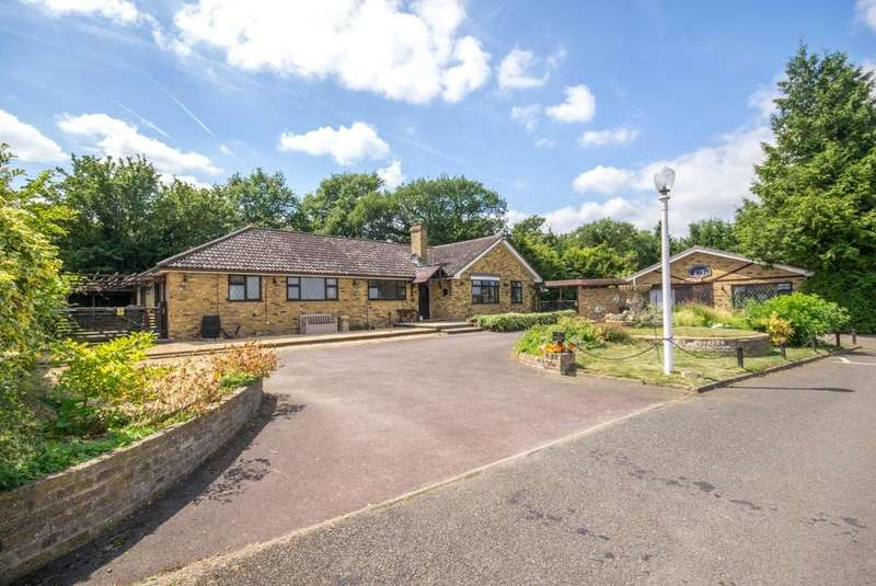 5 Bedrooms Detached Bungalow for sale in Oakleigh Farm Cottages, Rayleigh Road, Hutton, Brentwood, Essex, CM13