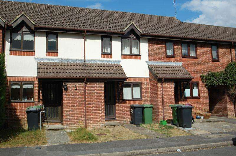 2 Bedrooms Terraced House for sale in Balmoral Way, PETERSFIELD, Hampshire