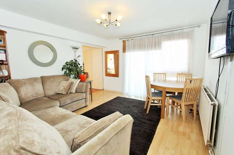 2 Bedrooms Flat for sale in Granville Road, London, London, NW2
