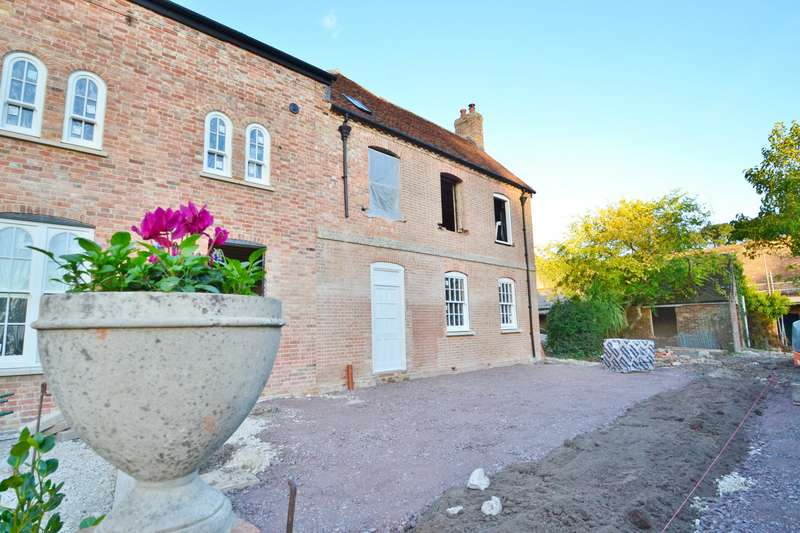 4 Bedrooms Semi Detached House for sale in Stapehill