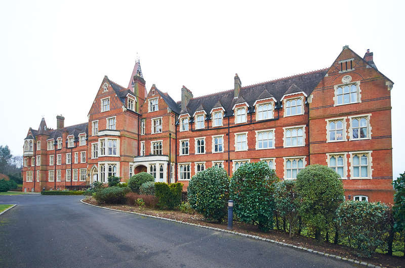 2 Bedrooms Flat for rent in Wolfs Row, Oxted