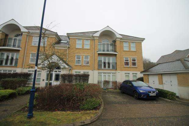 2 Bedrooms Flat for sale in Deepcut, Camberley, Surrey
