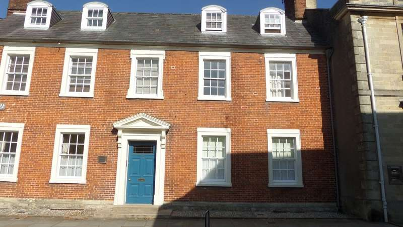 2 Bedrooms Ground Flat for rent in High Street, Royal Wootton Bassett