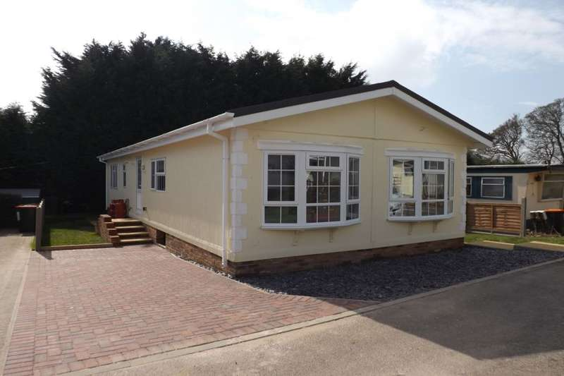 2 Bedrooms Bungalow for sale in Hillcrest Caravan Site Manor Road, Woodside, Luton, LU1