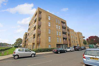 2 Bedrooms Flat for sale in Harman Court, Rectory Park Avenue, Northolt, Middlesex