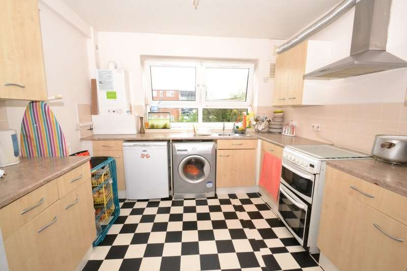 2 Bedrooms Flat for sale in Boundary Road, Barking, Essex, IG11