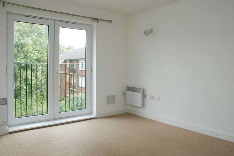 2 Bedrooms Flat for rent in Celandine Grove, Southgate, N14