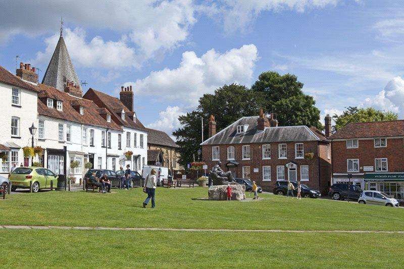2 Bedrooms Flat for sale in Yew Tree Mews, Market Square, Westerham, Kent, TN16