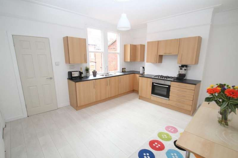 4 Bedrooms Terraced House for sale in ROUNDHAY PLACE, LEEDS, LS8 4DY