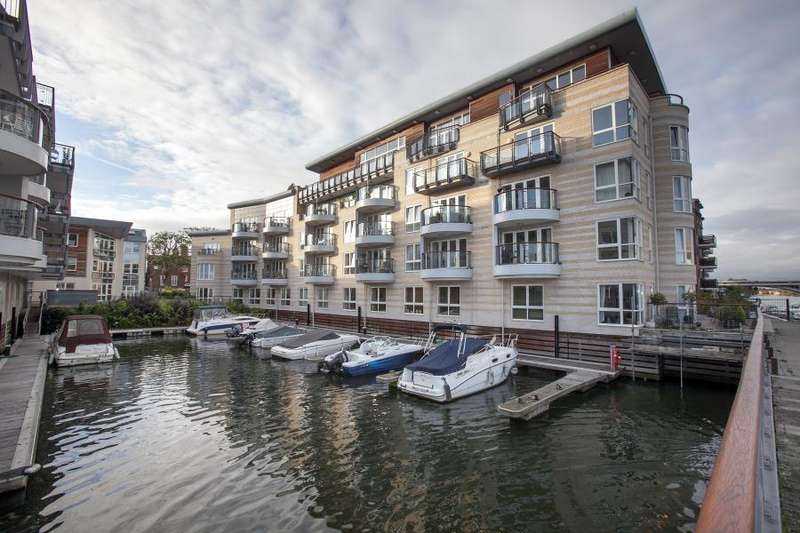2 Bedrooms Flat for sale in Marina Place, Hampton Wick, Kingston upon Thames KT1