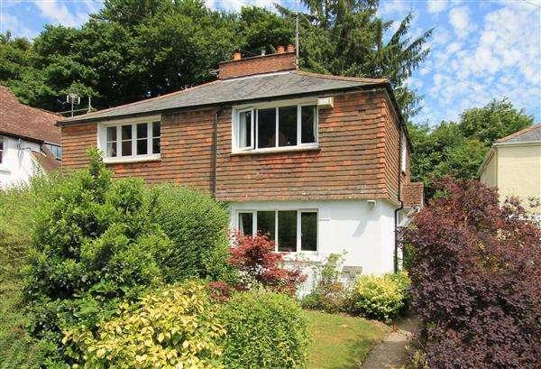 2 Bedrooms Semi Detached House for sale in The Villas, The Avenue, Grayshott
