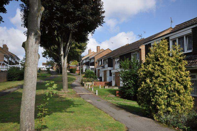 2 Bedrooms Terraced House for sale in Chequers Walk, Waltham Abbey