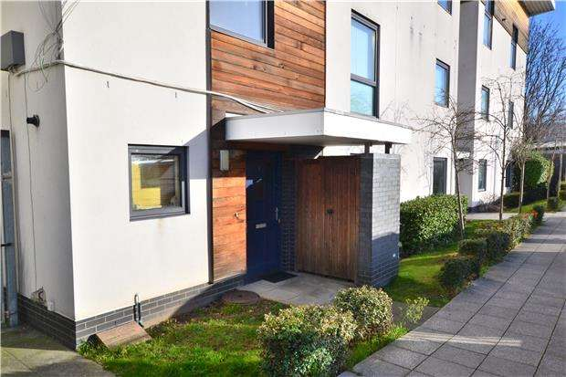2 Bedrooms Maisonette Flat for sale in Meteor Way, WALLINGTON, Surrey, SM6 9JQ