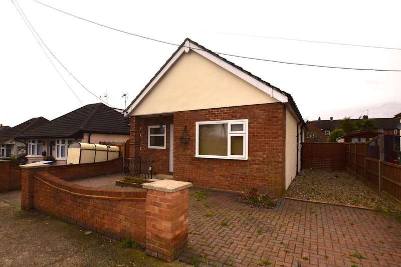 3 Bedrooms Bungalow for sale in Ramsay Drive, Basildon, Essex, SS16