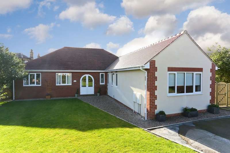 4 Bedrooms Detached Bungalow for sale in Greatfield Road, Ossett, WF5