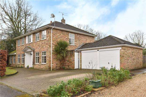 4 Bedrooms Detached House for sale in Broome Close, Yateley, Hampshire