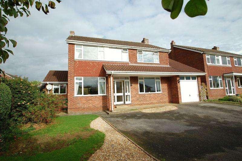 4 Bedrooms Detached House for sale in Tilmore Gardens, Petersfield, Hampshire