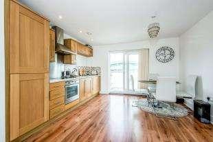 2 Bedrooms Flat for sale in Burlescombe House, 29 Burrage Road, Redhill, Surrey