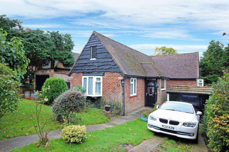 3 Bedrooms Detached House for sale in The Woodfields, Sanderstead, Surrey