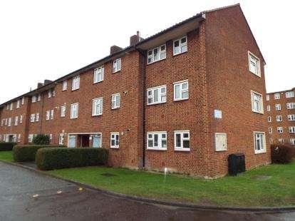 2 Bedrooms Flat for sale in Longwood Gardens, Clayhall, Essex