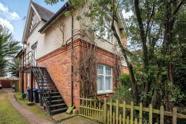 2 Bedrooms Maisonette Flat for sale in Pyrford Road, West Byfleet, Surrey
