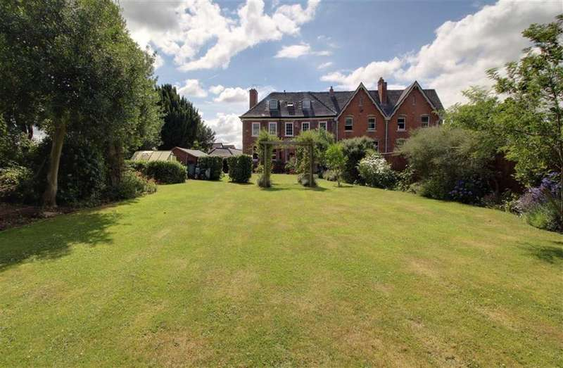7 Bedrooms Town House for sale in High Street, Newent, Gloucestershire