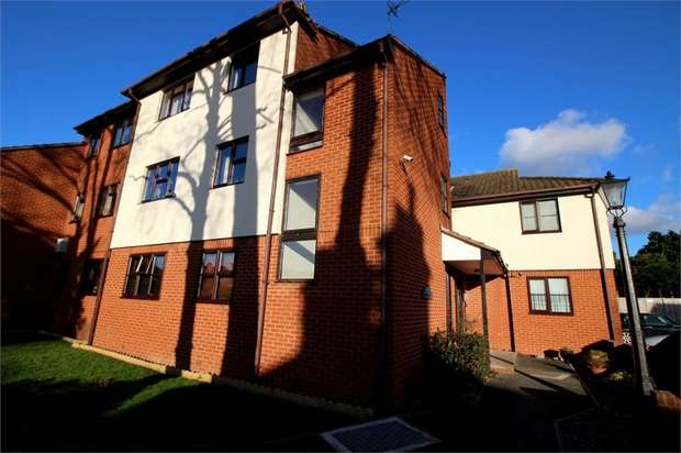 1 Bedroom Flat for sale in Manor Court, Manor Road, WALTHAM ABBEY, Essex
