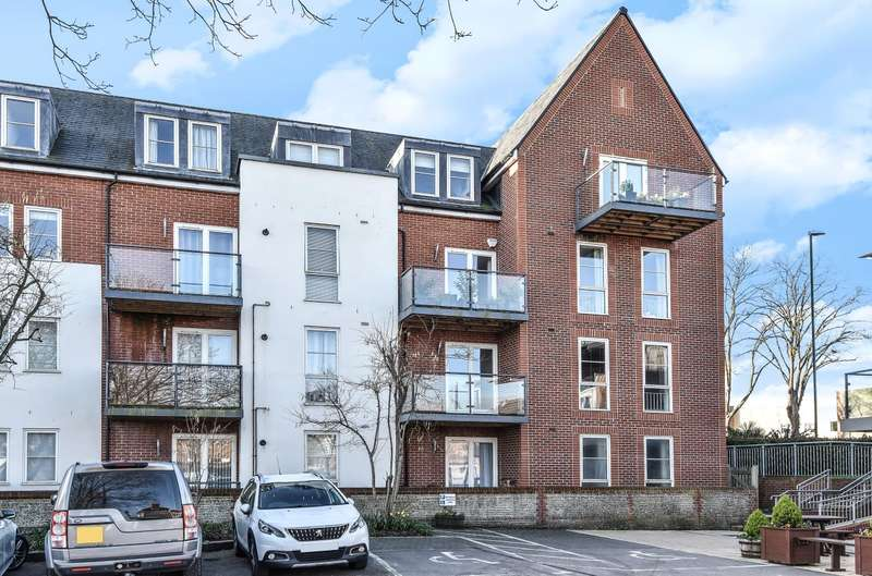 2 Bedrooms Flat for sale in John Rennie Road, Chichester, PO19
