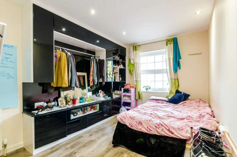 2 Bedrooms Flat for sale in St Pauls Way, Mile End, E3