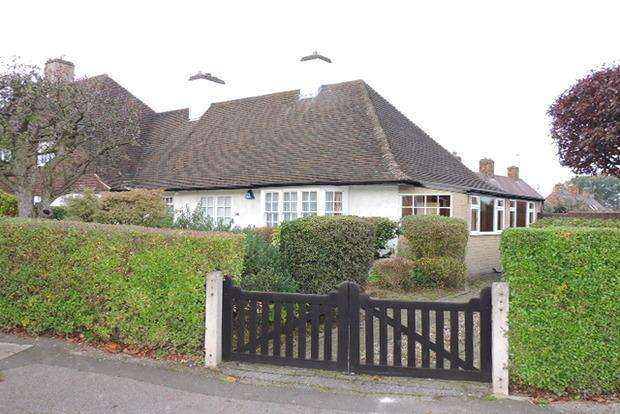 2 Bedrooms Bungalow for sale in Charnock Avenue, Wollaton Park, Nottingham, NG8