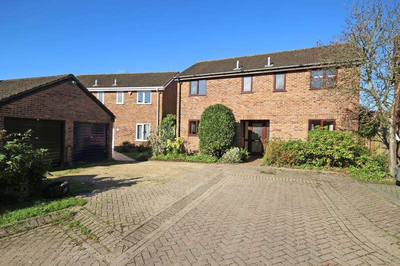 4 Bedrooms Detached House for sale in Akeshill Close, New Milton