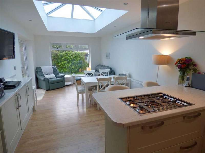 3 Bedrooms Chalet House for sale in The Grove, Christchurch, Christchurch, Dorset