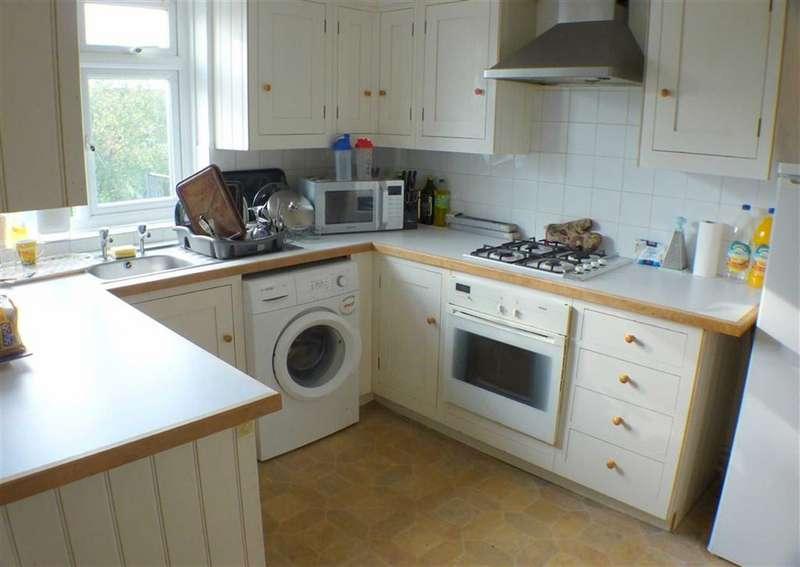 3 Bedrooms Flat for rent in High Road, Byfleet, Surrey