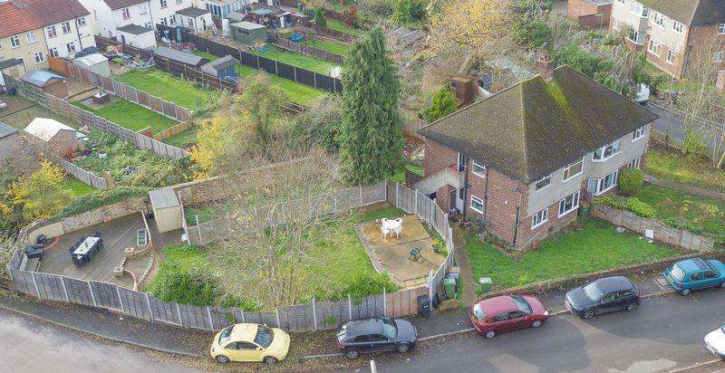 2 Bedrooms Maisonette Flat for sale in LEATHERHEAD 2 double bedroom home with large private garden