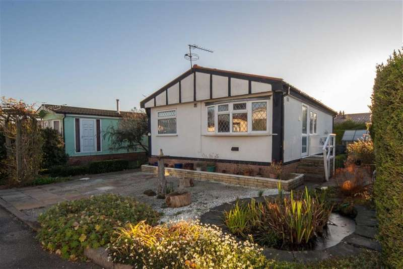 2 Bedrooms Park Home Mobile Home for sale in The Grove, Woodside Park Homes, Luton, Bedfordshire, LU1